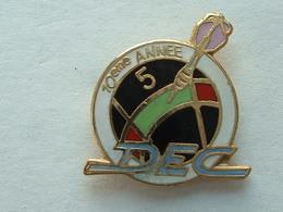 PIN'S FLECHETTE - DARTS - DEC - 10éme ANNEE - Badges
