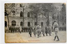 CPA Prise D'arme Au Quartier - Militaria