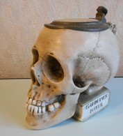 Choppe German Beer Stein Musterschutz Book Skull Tête De Mort Porcelaine E.bohne +-1900 Numéroté 9136-- 0,5l - Verres