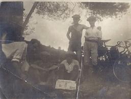 """JEUNES GARCONS A BICYCLETTE, UN LIT LE   JOURNAL """"L'HUMANITE"""" PHOTO SEPIA - Personnes Anonymes"""