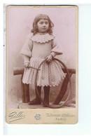PHOTO ANCIENNE-CARTONNÉE-PORTRAIT D'UNE FILLETTE AVEC UN CERCEAU- PHOTOGRAPHE GILLES ..PARIS-6,4 X 10,5 Cm - Personnes Anonymes