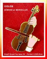 SUPER PIN'S MUSIQUE - VIOLON : Création DEMONS Et MERVEILLES Visuel Joueur De VIOLON, émail Grand Feu Base Or, 3,5X2,5cm - Music