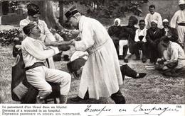 Thématiques 2018 Commémoration Fin De Guerre 1914 1918 Le Pansement D'un Blessé Dans Un Hôpital - War 1914-18