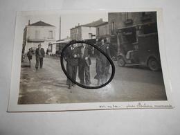 Photo Aviateurs Espagnols à Miramont (lot & Garonne) Le 7 Juin 1937 Voiture , Camionette Renault - Andere Gemeenten