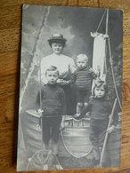 BLANKENBERGHE:PHOTO CARTE D'UNE MAMAN AVEC SES ENFANTS FAITE EN STUDIO A DECOR DE MER EN 1909 - Blankenberge