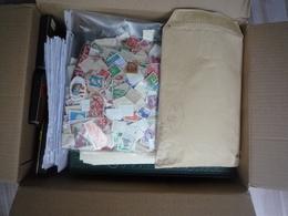 Dans Un Carton, Classeurs Timbres  France Et Divers Des Milliers - A Voir - 96 Scans - Stamps