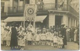76 - Dieppe : Procession Devant L'Hotel Brighton , Carte Photo . - Dieppe