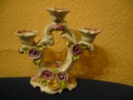 3-flammiger Porzellan-Kerzenleuchter Mit Aufgesetzten Blüten  (668) - Ohne Zuordnung