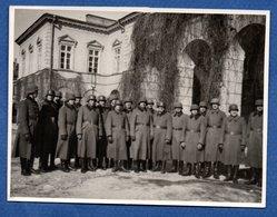 Photo  - Soldats Allemands Dans Une Cour - Guerre 1914-18