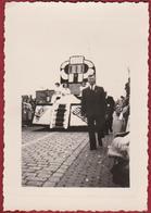 """Oude Foto 7 X 10.4 Cm 1951 Zundert Bloemencorso Flower Parade ''Pick-Up"""" Wagen Bloemenwagen - Pays-Bas"""