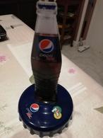Bouteille De PEPSI Sur Un Bouchon  Hauteur Bouteille 13cm Diametre Du Bouchon 9,5 - Coca-Cola