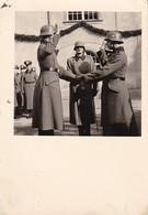 Foto Deutsche Soldaten - Vereidigung - 2. WK - 5,5*5,5cm  (37640) - Guerre, Militaire