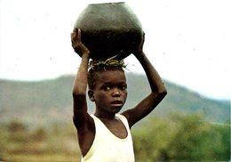 ZIMBABWE. Carte Postale Ayant Circulé. Child Carrying Pot. - Zimbabwe
