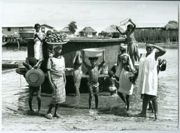 Photo Bénin. Un Des Anciens Puits Aux Abords Du Lac Nikoué 1980. Photo Du Père Gust Beeckmans. - Afrique