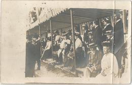 """CPA Carte Photo Groupe De Personnes Dans Une Tribune Au Dos """"souvenir Du 14 Juillet 1904"""" Cachet BRUNOY - Cartes Postales"""