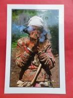 Népal  Visages    Femme Thakun Fumant Du Tabac à Simikot - Népal