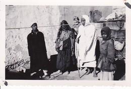Foto Deutscher Soldat Mit Staubbrille Und Einheimischen In Abedabia - Libyen - Afrika-Feldzug - 1942 - 8*5,5cm  (37648) - Krieg, Militär
