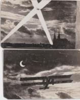 """Bs - Lot De 2 Photos - """"1 Avion Sous La Lune L3 12"""" Et """"1 Avion Sous Les Projecteurs"""" (format 14 X 9 Cm) - Aviation"""