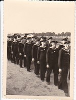 Foto Formation Deutsche Matrosen - Kriegsmarine - 2. WK - 10*7cm  (37657) - Guerra, Militari
