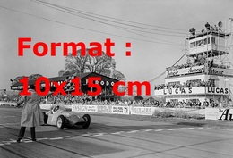 Reproduction D'une Photographie Ancienne D'une Maserati Vainqueur De La Formule 1 à Richmond En Angleterre En 1956 - Reproductions