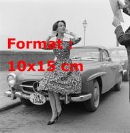 Reproduction D'une Photographie Ancienne D'une Mannequin Posant Assise Sur Le Capot D'une Mercedes-Benz 190 SL En 1955 - Reproductions