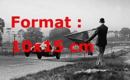 Reproduction D'une Photographie Ancienne D'une Mercedes W125 En Course Passant Le Drapeau - Reproductions
