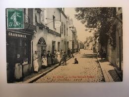 Gien - La Rue Bernard Palissy - Gien
