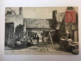 Ile De Groix - Bouses De Vaches Séchant Contre Les Murs - Groix