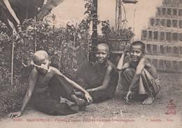 CPA (cambodge ) Phnam Phen Jeunes Garçons Cambodgiens  (defaut) - Cambodia