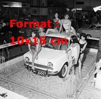 Reproduction D'une Photographie Ancienne De Nombreuses Femmes En Maillot De Bain Près D'une Simca 1000 Dans Une Fontaine - Reproductions