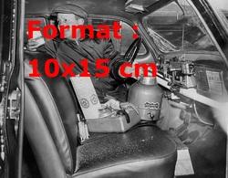 Reproduction D'une Photographie Ancienne D'un Chauffeur De Taxi Américain Proposant Du Café Ou Thé à Ses Clients - Reproductions