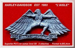 SUPERBE PIN'S MOTO HARLEY DAVIDSON : EST 1903 Visuel AIGLE Aux Ailes De La Marque En ZAMAC Argent Brut, 3D, 4,6X2,4cm - Motos