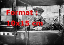 Reproduction D'une Photographie Ancienne D'un Chauffeur De Taxi Utilisant Un Taximeter En 1930 - Reproductions