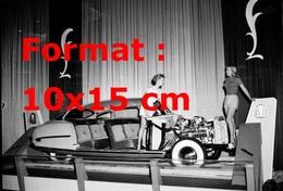 Reproduction D'une Photographie Ancienne De Deux Hôtesses Avec Une Jaguar Roadster Décapotable Sans Carrosserie 1952 - Reproductions