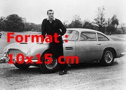 Reproduction D'une Photographie Ancienne De Sean Connery Posant Avec Une Aston Martin DB5 De 1964 - Reproductions