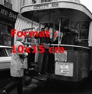 Reproduction D'une Photographie Ancienne D'un Homme Prenant Le Bus En Marche Ligne Porte De Gentilly En 1962 - Reproductions