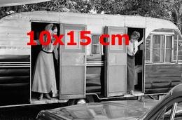 Reproduction D'une Photographie Ancienne De Deux Actrices Françaises Dans Une Grande Caravanes En 1965 - Reproductions