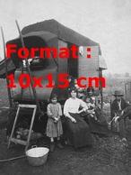 Reproduction D'une Photographie Ancienne D'une Famille De Gens Du Voyage Vivant Dans Une Caravane - Reproductions
