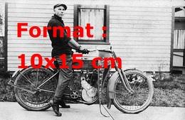 Reproduction D'une Photographie Ancienne D'un Jeune Homme Sur Une Moto Harley Davidson En 1910 - Reproductions