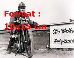 Reproduction D'une Photographie Ancienne D'un Pilote Sur Une Moto Harley Davidson Dans Les Années 20 - Reproductions