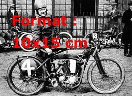Reproduction D'une Photographie Ancienne D'un Pilote Et Sa Moto Harley Davidson En 1923 - Reproductions