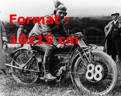 Reproduction D'une Photographie Ancienne D'un Pilote Sur Sa Moto Harley Davidson N°88 - Reproductions