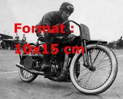 Reproduction D'une Photographie Ancienne D'un Pilote Sur Sa Moto Harley Davidson En 1924 - Reproductions