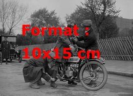 Reproduction D'une Photographie Ancienne De Deux Hommes S'occupant Du Pilote D'une Moto En 1926 - Reproductions
