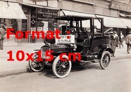 Reproduction D'une Photographie Ancienne D'un Chauffeur Près De Son Taxi Attendant Le Client - Reproductions