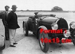 Reproduction D'une Photographie Ancienne De Ettore Bugatti Et Une Bugatti De Course - Reproductions