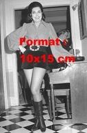 Reproduction D'une Photographie De Ann Miller En Short Court En Velours Et Bottes Noires En 1971 - Reproductions