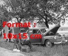 Reproduction D'une Photographie Ancienne D'une Voiture Et Sa Caravane Avec Le Chauffeur Prenant Une Pause - Reproductions