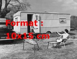 Reproduction D'une Photographie Ancienne D'une Mère Et Sa Fille Faisant Du Camping En Caravane En 1960 - Reproductions