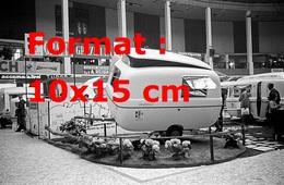 Reproduction D'une Photographie Ancienne D'une Vue De Caravanes Dans Un Salon En Italie En 1963 - Reproductions